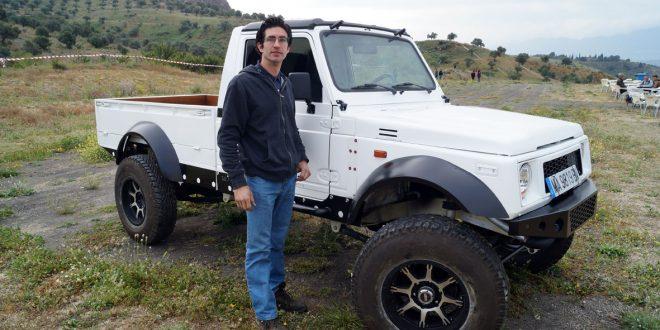 Sergio Bravo Merino, responsable de SBM 4x4, junto a un Suzuki Long Body preparado en sus talleres.