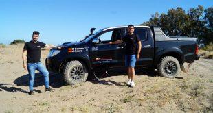 Juan Miguel Amaya y Salvador Rubén Serrano junto al Toyota Hilux con el que asistirán a la Baja España.