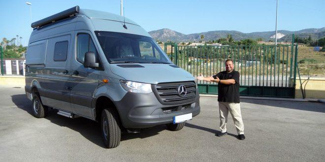 Juanjo Farfán, jefe de ventas de Autocaravanas Hidalgo, junto al Cámper Hymer Grand Canyon S 4x4 en Autocaravanas Hidalgo.