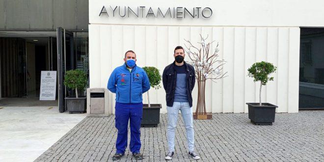 Izquierda, Manuel Campos, presidente Club Deportivo Team Zapatito 4x4, derecha, Antonio Marín Cordero, concejal de deportes del Ayuntamiento de Pizarra.