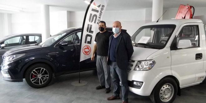 Izquierda, Juan Miguel Campos, responsable Talleres P. Campos, y Manuel Cámara, jefe de ventas de DFSK Málaga.