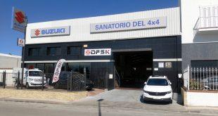Vehículos DFSK expuestos en El Sanatorio del 4x4 en Vélez Málaga.