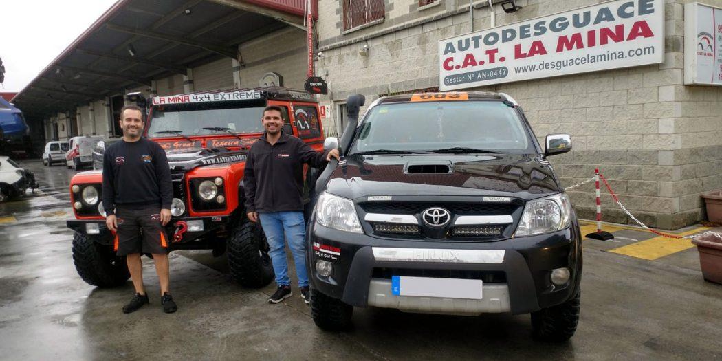 Izquierda, Carlos Ruiz, gerente Autodesguace CAT La Mina, y, Salvador Rubén Serrano, piloto del equipo Team Salru.