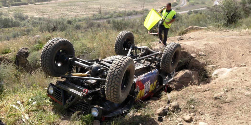 Tras el vuelco, sin consecuencias personales, el vehículo quedó en una difícil posición.